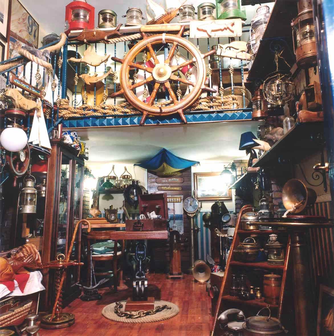Antiquariato navale bussole chiesuole timoni lanterne for Arredamento oggettistica